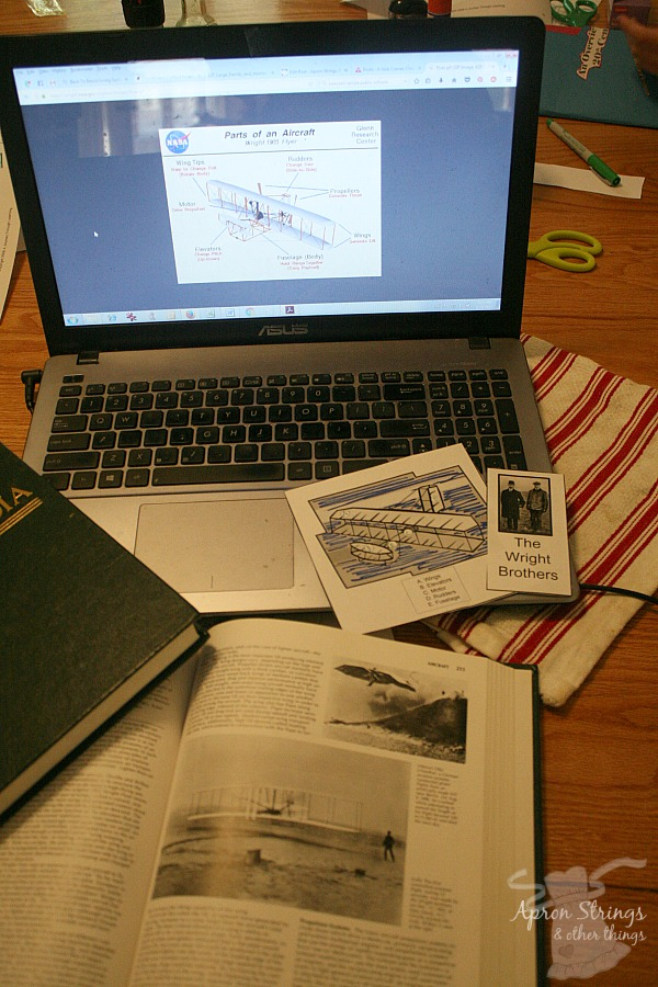 Using Lapbooks for History at ApronStringsOtherThings.com
